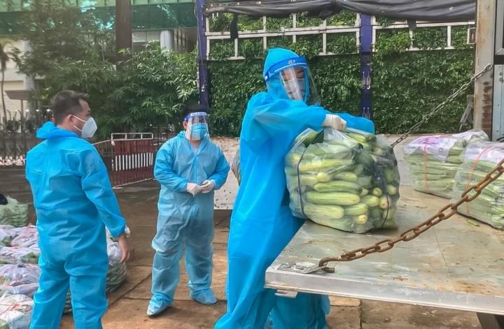 Hoa hậu Khánh Vân và 'Chuyến xe thực phẩm 0 đồng' tiếp sức cho TP.HCM - 11
