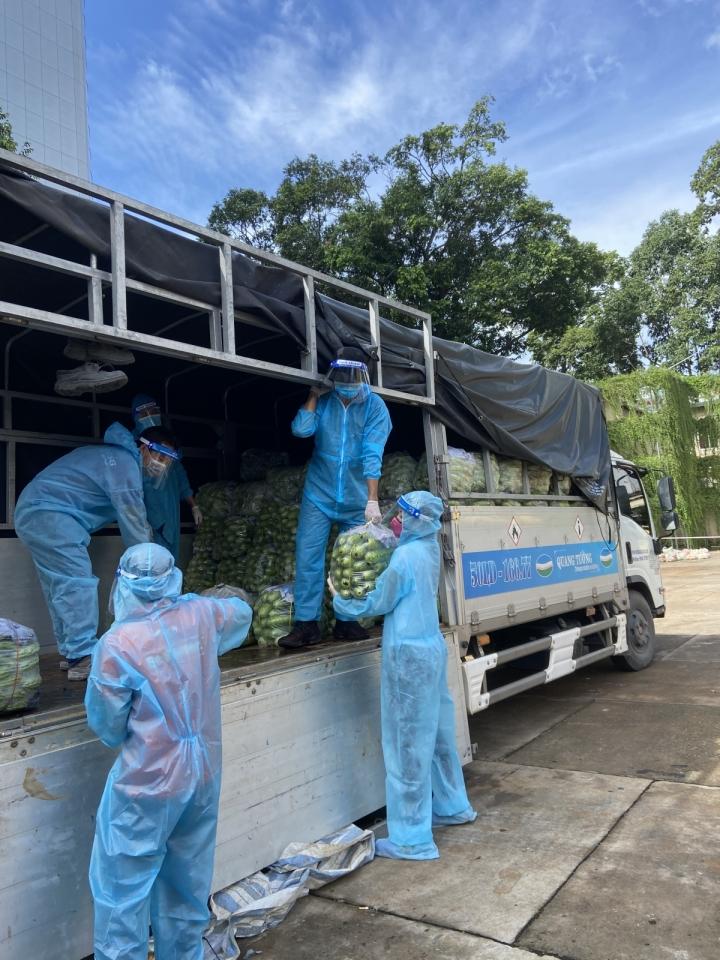 Hoa hậu Khánh Vân và 'Chuyến xe thực phẩm 0 đồng' tiếp sức cho TP.HCM - 2