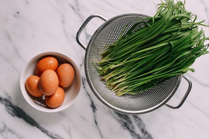 Ở nhà mùa dịch, đổi món với trứng chiên lá hẹ - 2