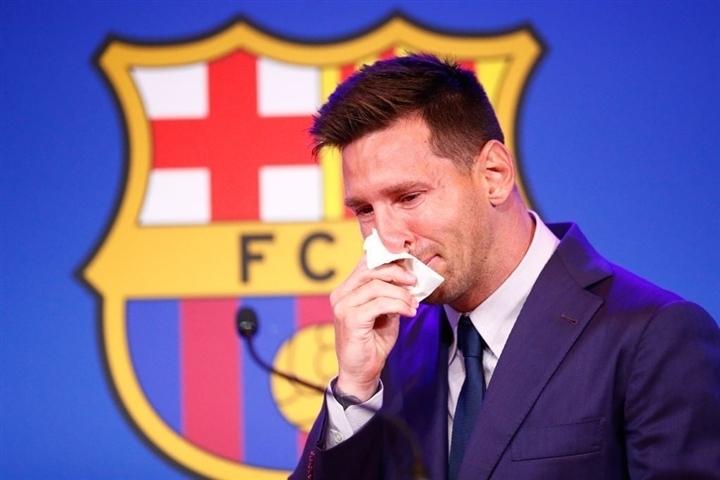 Messi khóc nức nở trong lễ chia tay, hứa trở lại Barca trong tương lai - 1