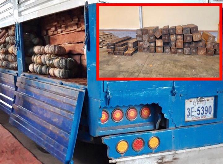 Xe tải ngụy trang bí đỏ để chở gỗ lậu qua biên giới  - 1