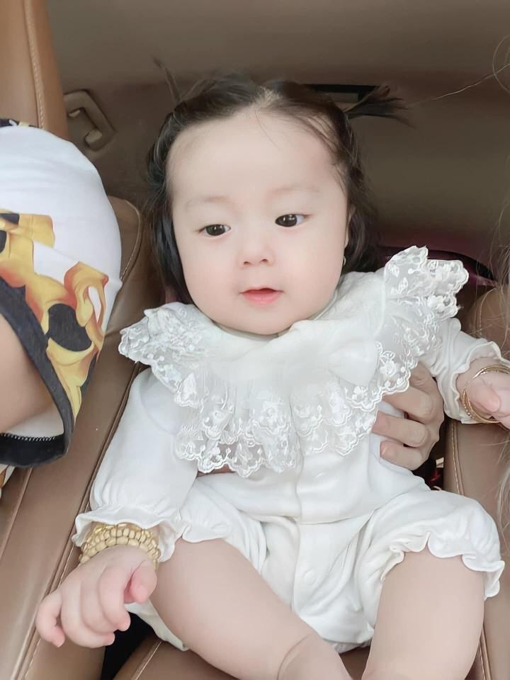 Tan chảy trước vẻ đáng yêu của con gái 'ông vua hội chợ' Lâm Chấn Khang - 4