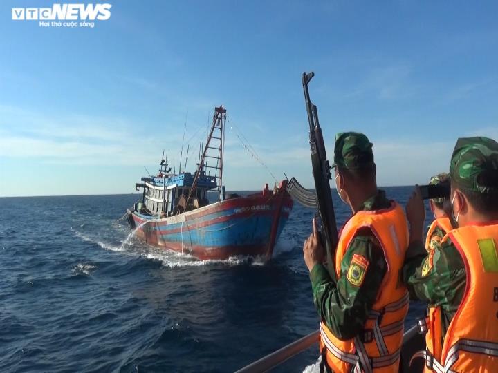 Bắt 2 tàu giã cào Quảng Ngãi tận diệt thuỷ sản trên vùng biển Quảng Trị - 1