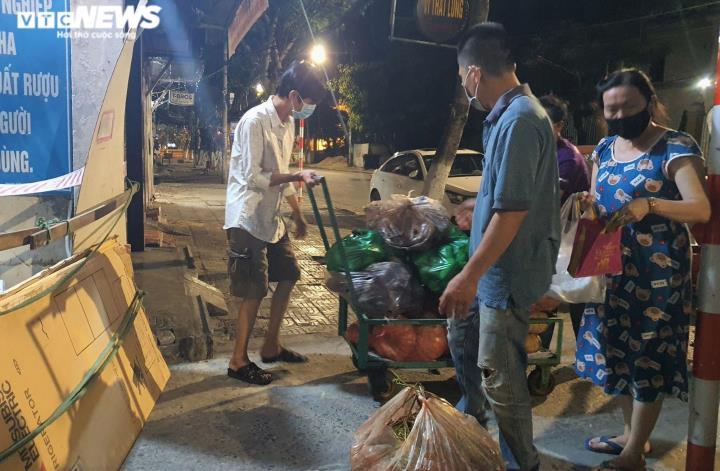 Ảnh: Xuyên ngày đêm chuyển nhu yếu phẩm hỗ trợ người dân Đà Nẵng - 2