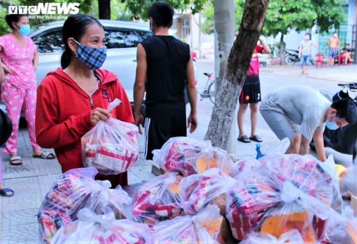 Ảnh: Xuyên ngày đêm chuyển nhu yếu phẩm hỗ trợ người dân Đà Nẵng - 9