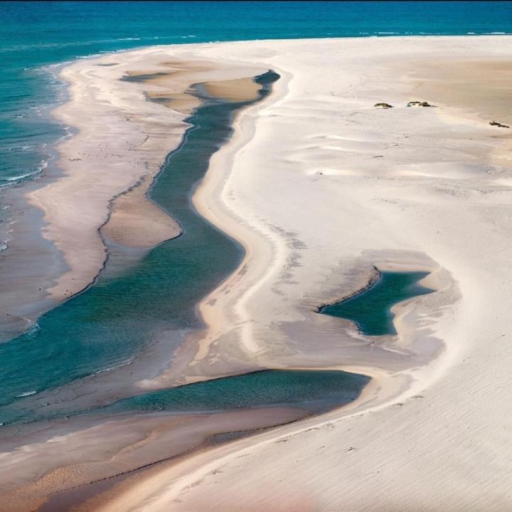Du hí hòn đảo kỳ lạ nhất hành tinh, mỗi bước chân như lạc vào thế giới khác - 7