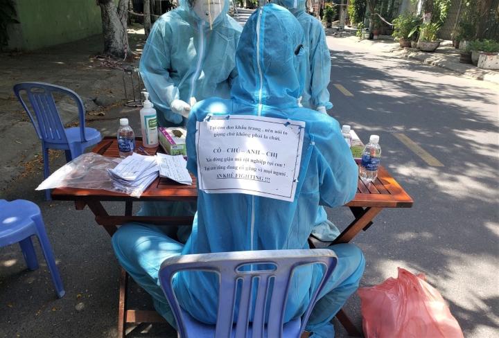Thông điệp đáng yêu trên lưng nhân viên lấy mẫu xét nghiệm COVID-19 ở Đà Nẵng - 2