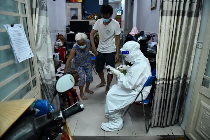 TP.HCM tiêm vaccine tại nhà 'vùng cam, vùng đỏ' - 2