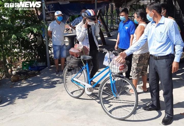 Nam thanh niên thất nghiệp, đi bộ được bà con Quảng Nam trao xe đạp về quê - 1