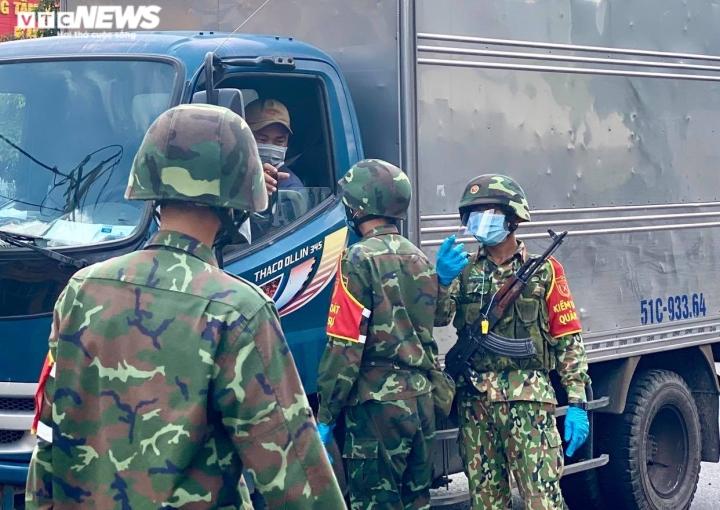Bộ Quốc phòng điều thêm 2.000 quân nhân vào vùng 'đỏ đậm đặc' ở Bình Dương - 1