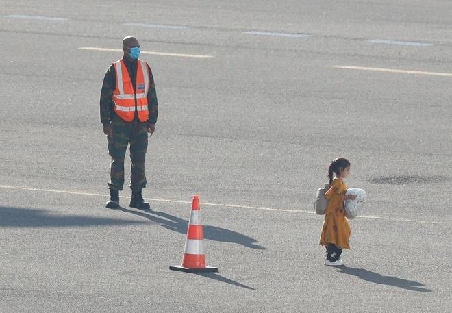 عکس پریدن دختر پس از خروج از افغانستان باعث تب شد - 2