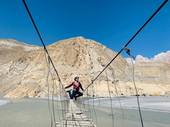 Cảnh hùng vĩ đến 'nghẹt thở' tại cây cầu treo nguy hiểm nhất thế giới - 7