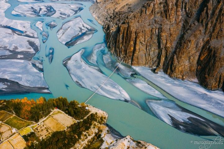 Cảnh hùng vĩ đến 'nghẹt thở' tại cây cầu treo nguy hiểm nhất thế giới - 2