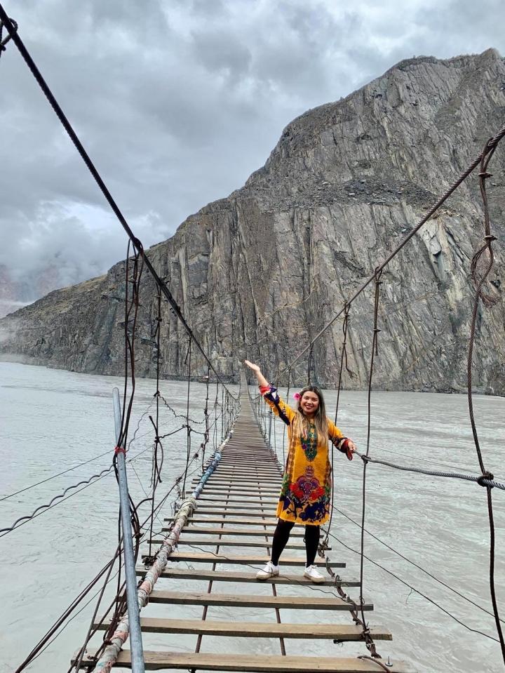 Cảnh hùng vĩ đến 'nghẹt thở' tại cây cầu treo nguy hiểm nhất thế giới - 6