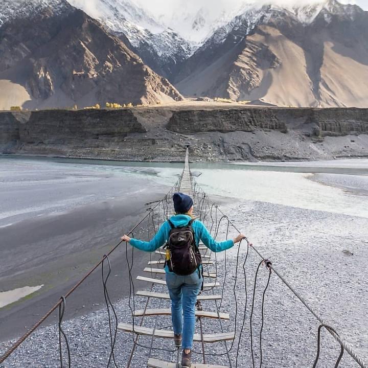 Cảnh hùng vĩ đến 'nghẹt thở' tại cây cầu treo nguy hiểm nhất thế giới - 5