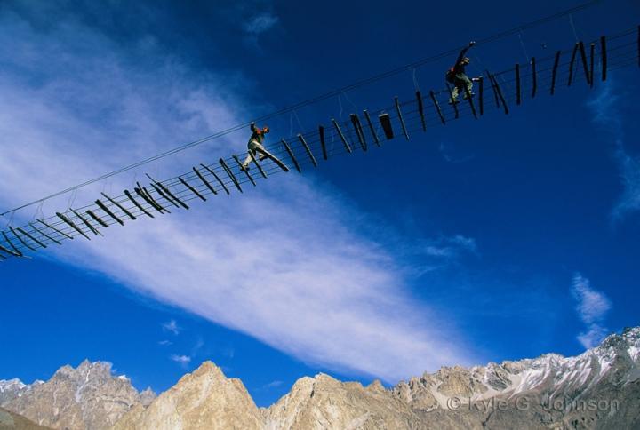 Cảnh hùng vĩ đến 'nghẹt thở' tại cây cầu treo nguy hiểm nhất thế giới - 4