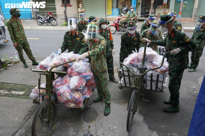 Ảnh: Bộ đội đẩy xe thồ đến từng con hẻm, phát quà cho người dân TP.HCM - 3