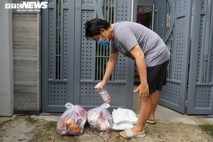 Ảnh: Bộ đội đẩy xe thồ đến từng con hẻm, phát quà cho người dân TP.HCM - 8