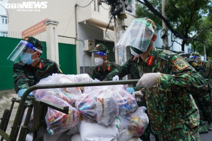Ảnh: Bộ đội đẩy xe thồ đến từng con hẻm, phát quà cho người dân TP.HCM - 4