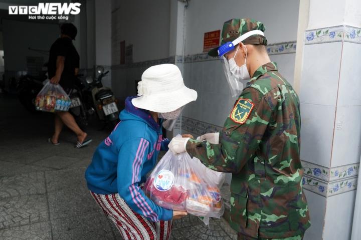 Ảnh: Bộ đội đẩy xe thồ đến từng con hẻm, phát quà cho người dân TP.HCM - 7
