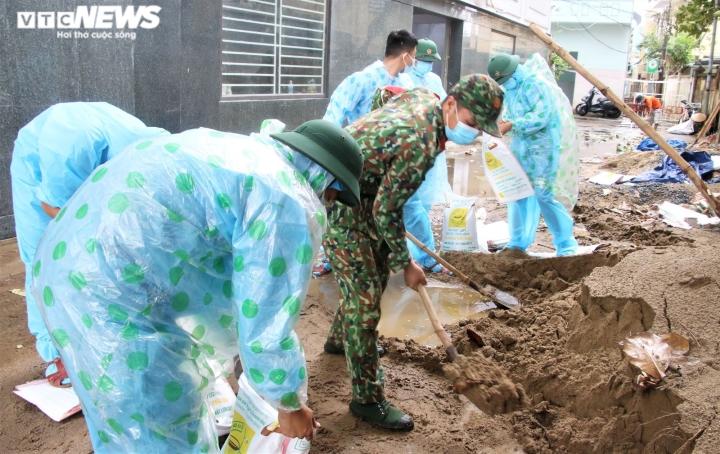 Người dân Đà Nẵng chạy đua trong mưa trắng trời chống bão đang áp sát - 5