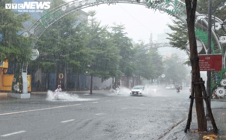 Người dân Đà Nẵng chạy đua trong mưa trắng trời chống bão đang áp sát - 3