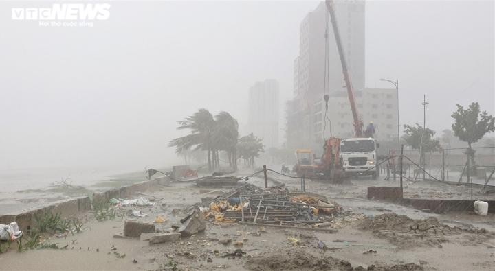 Người dân Đà Nẵng chạy đua trong mưa trắng trời chống bão đang áp sát - 1