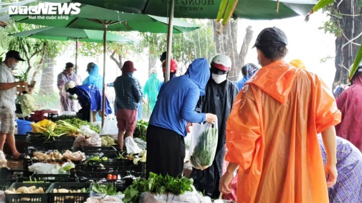 Người dân Đà Nẵng chạy đua trong mưa trắng trời chống bão đang áp sát - 4