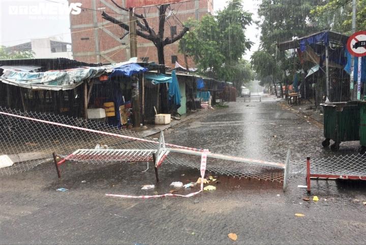 Người dân Đà Nẵng chạy đua trong mưa trắng trời chống bão đang áp sát - 2