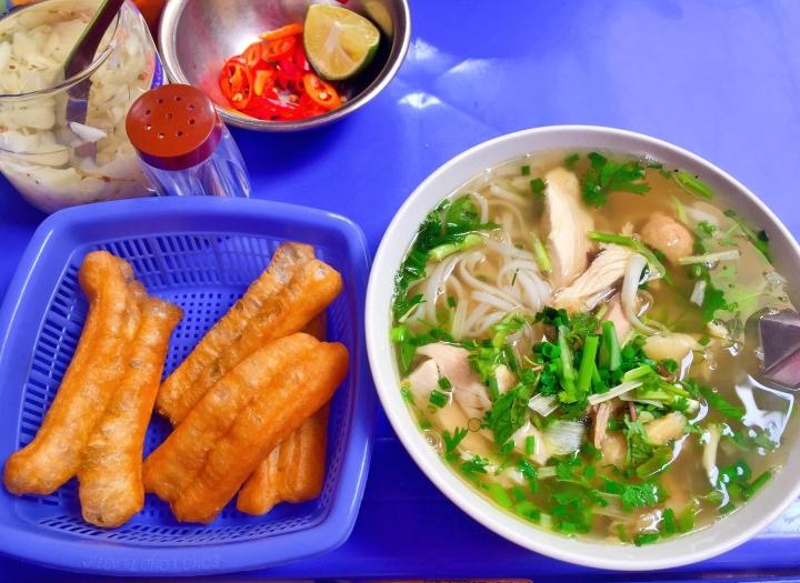 Hàng phở gà được đồn thổi là đắt bậc nhất Hà Nội - 70.000 đồng/bát vẫn cực đông - 1