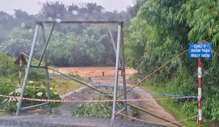 Nước lũ dâng cao, nhiều nơi ở Kon Tum bị ngập sâu sau bão số 5 - 1