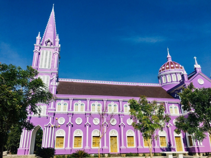 Về Nghệ An, ghé thăm nhà thờ màu tím ngọt ngào như bước ra từ cổ tích  - 3
