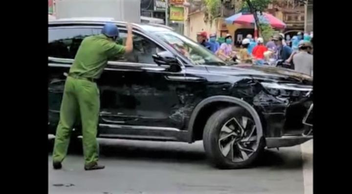 Cảnh sát dùng gạch đập vỡ kính ô tô, khống chế tài xế gây tai nạn - 1