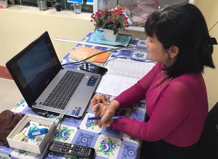 Giáo viên trên 50 tuổi dạy online: Gõ phím mổ cò, đăng nhập ra vào lớp 40 phút - 1
