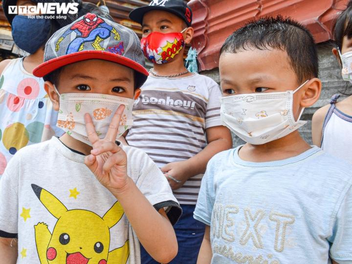 Hà Nội: Trung thu ấm áp của những đứa trẻ nghèo ở chân cầu Long Biên - 4