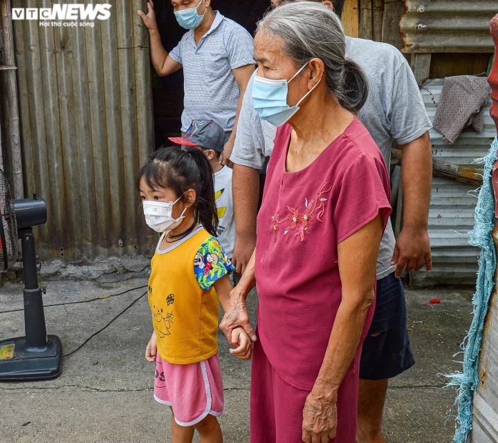 Hà Nội: Trung thu ấm áp của những đứa trẻ nghèo ở chân cầu Long Biên - 2