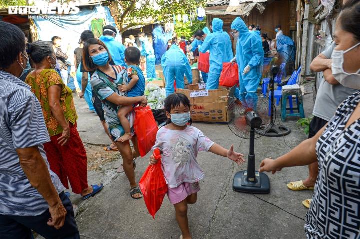 Hà Nội: Trung thu ấm áp của những đứa trẻ nghèo ở chân cầu Long Biên - 8