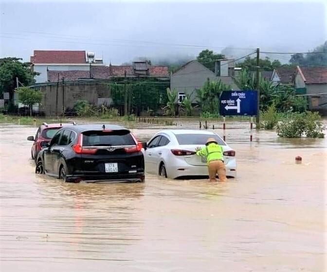 Nghệ An: Mưa lớn, ngập nặng, nhiều tuyến đường phải tạm 'đóng cửa' - 2