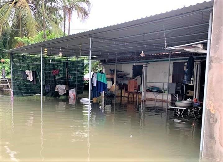 Nghệ An: Mưa lớn, ngập nặng, nhiều tuyến đường phải tạm 'đóng cửa' - 1