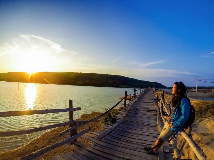 Check-in cây cầu gỗ dài nhất Việt Nam, ngắm vẻ mộc mạc ở xứ 'hoa vàng cỏ xanh' - 4