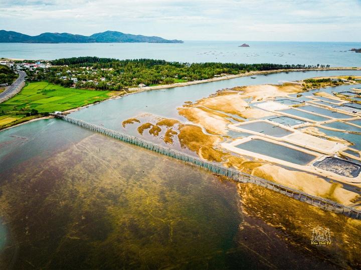 Check-in cây cầu gỗ dài nhất Việt Nam, ngắm vẻ mộc mạc ở xứ 'hoa vàng cỏ xanh' - 1