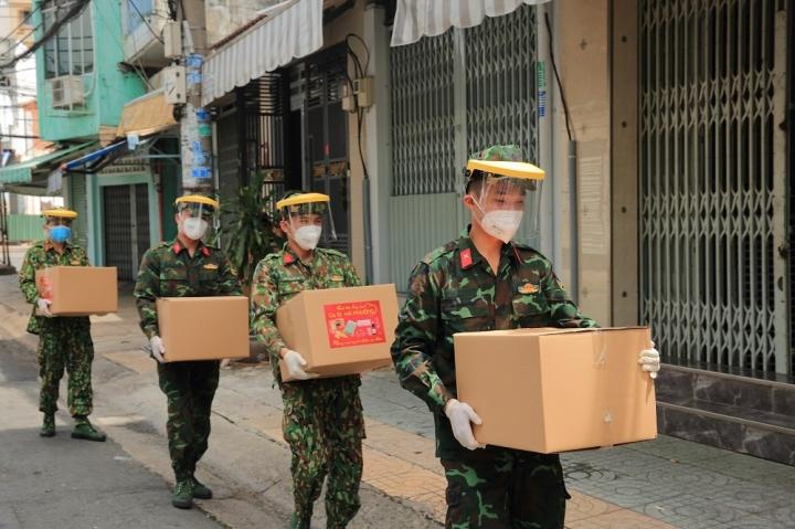 Ca sĩ tỷ phú Hà Phương và bố chồng tặng hàng trăm tấn nhu yếu phẩm cho người dân - 2