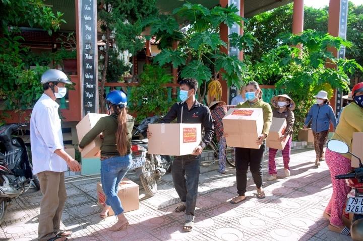 Ca sĩ tỷ phú Hà Phương và bố chồng tặng hàng trăm tấn nhu yếu phẩm cho người dân - 1