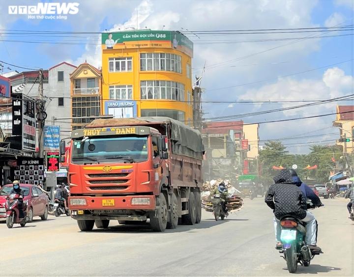 Ảnh: Xe dấu hiệu quá khổ, quá tải tung hoành trên quốc lộ 7 ở Nghệ An  - 1