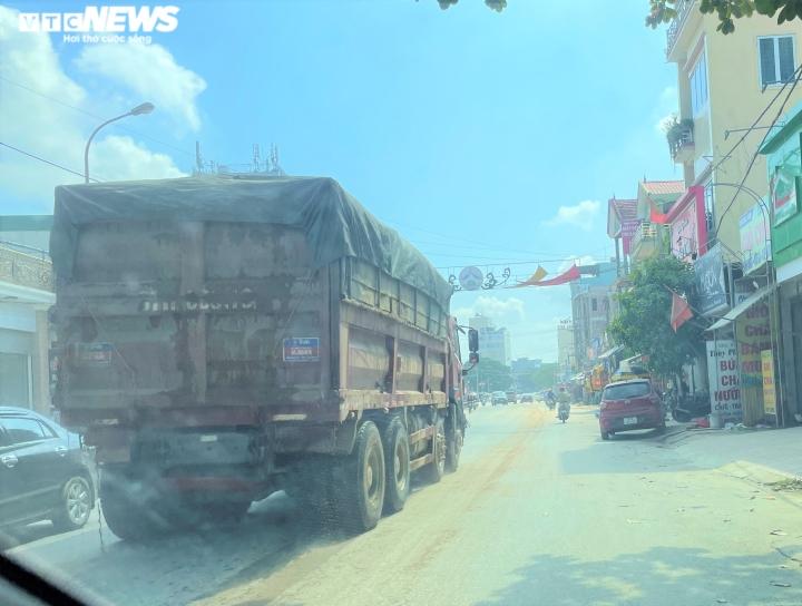 Ảnh: Xe dấu hiệu quá khổ, quá tải tung hoành trên quốc lộ 7 ở Nghệ An  - 4