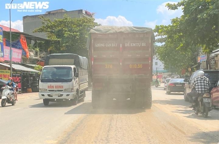Ảnh: Xe dấu hiệu quá khổ, quá tải tung hoành trên quốc lộ 7 ở Nghệ An  - 10