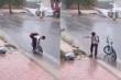Khen nam sinh đội mưa vớt rác, thông cống, cần phạt công ty vệ sinh đô thị