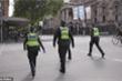 Cảnh sát Australia xông vào tang lễ, bị tố 'vô cảm' thực thi lệnh cách ly xã hội