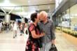 Nụ hôn chia tay bạn gái Việt 50 năm của cựu binh Mỹ trước khi lên máy bay