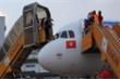Xe thang lùi trúng ô tô chở tiếp viên tại sân bay Tân Sơn Nhất